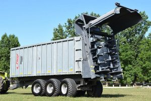 Remorca de imprastiat gunoi Gigant model ASW 381 Tridem + Imprastietor pentru gunoi TIP Gigant Profi Fliegl